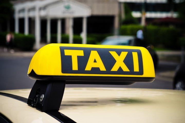 kuvassa on taksi