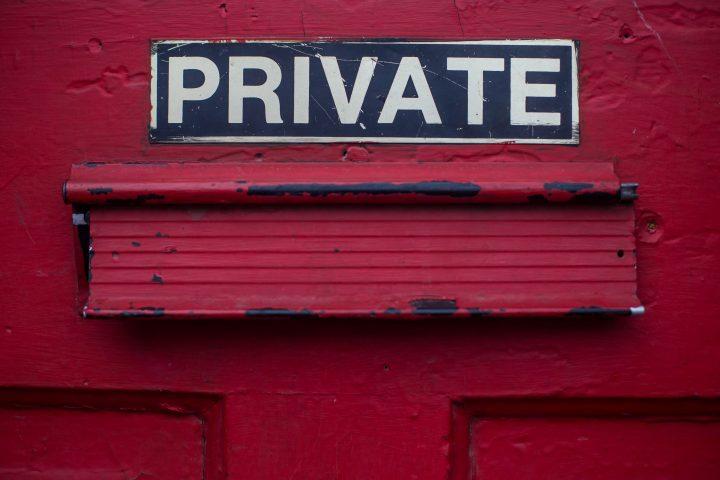 kuvassa on postlaatikko, jonka yläpuolella lukee private