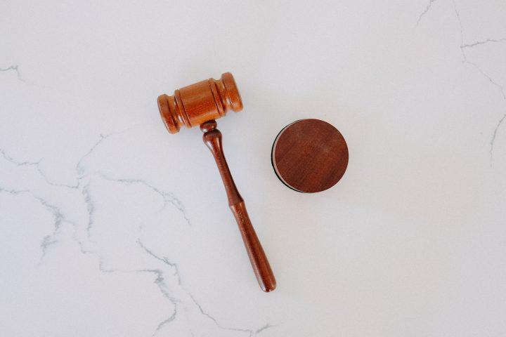 kuvassa on tuomarin nuija pöydällä