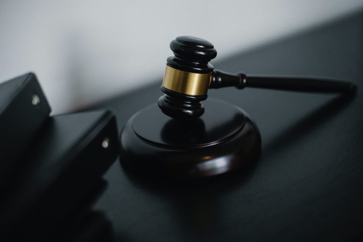 Kuvassa on tuomarin nuija