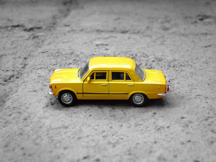 Keltainen leikkiauto