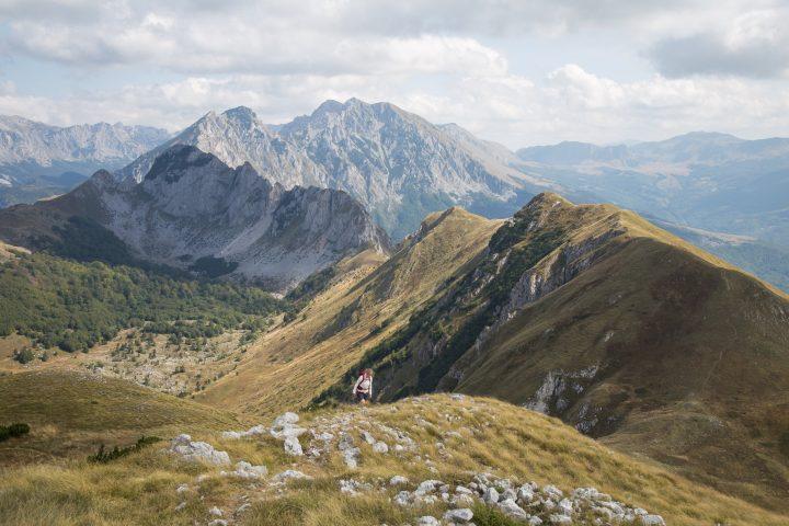 vuoristomaisema ja vaeltaja